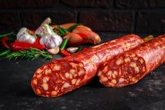 Η ποικιλία των ξηρών θεραπευμένων ισπανικών chorizo χοιρινού κρέατος λουκάνικων έκανε με την πάπρικα και το σκόρδο Στοκ φωτογραφίες με δικαίωμα ελεύθερης χρήσης