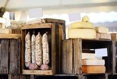 Η ποικιλία των οργανικών τυριών και το σπίτι έκαναν τα λουκάνικα στην αγορά αγροτών στο Στρασβούργο, Γαλλία Στοκ Εικόνες