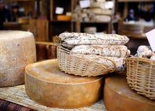 Η ποικιλία των οργανικών τυριών και το σπίτι έκαναν τα λουκάνικα στην αγορά αγροτών στο Στρασβούργο, Γαλλία Στοκ φωτογραφία με δικαίωμα ελεύθερης χρήσης