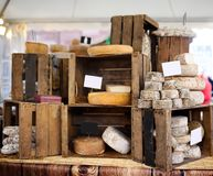 Η ποικιλία των οργανικών τυριών και το σπίτι έκαναν τα λουκάνικα στην αγορά αγροτών στο Στρασβούργο, Γαλλία Στοκ εικόνα με δικαίωμα ελεύθερης χρήσης