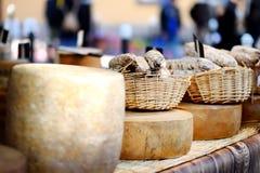 Η ποικιλία των οργανικών τυριών και το σπίτι έκαναν τα λουκάνικα στην αγορά αγροτών στο Στρασβούργο, Γαλλία Στοκ Φωτογραφία