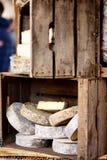 Η ποικιλία των οργανικών τυριών και το σπίτι έκαναν τα λουκάνικα στην αγορά αγροτών στο Στρασβούργο, Γαλλία Στοκ φωτογραφίες με δικαίωμα ελεύθερης χρήσης
