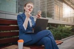 Η πολυάσχολη γυναίκα βιάζεται, δεν έχει το χρόνο, πρόκειται να κάνει κάνει επάνω και να εργαστεί στο lap-top Να ισχύσει εργαζομέν Στοκ Εικόνες
