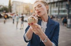 Η πολυάσχολη γυναίκα βιάζεται, δεν έχει το χρόνο, πρόκειται να κάνει κάνει επάνω και για να μιλήσει στο τηλέφωνο πηγαίνετε Στοκ φωτογραφία με δικαίωμα ελεύθερης χρήσης