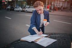Η πολυάσχολη γυναίκα βιάζεται, δεν έχει το χρόνο, πρόκειται να μιλήσει στο τηλέφωνο πηγαίνει Να κάνει επιχειρηματιών Στοκ εικόνα με δικαίωμα ελεύθερης χρήσης