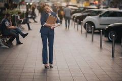 Η πολυάσχολη γυναίκα βιάζεται, δεν έχει το χρόνο, πρόκειται να μιλήσει στο τηλέφωνο πηγαίνει Να κάνει επιχειρηματιών Στοκ Φωτογραφίες