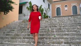 Η πολυάσχολη γυναίκα χρησιμοποιεί ένα smartphone μειώνοντας τα σκαλοπάτια υπαίθρια απόθεμα βίντεο