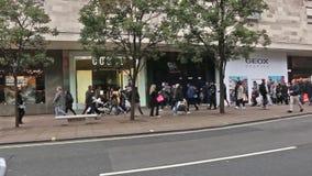 Η πολυάσχολη οδός της Οξφόρδης στην πόλη του Λονδίνου - μια από τις διασημότερες οδούς με τα καταστήματα στο Λονδίνο φιλμ μικρού μήκους