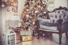 Η πολυθρόνα και η εστία, δώρα κάτω από το χριστουγεννιάτικο δέντρο, ένα άνετο νέο έτος 2019 στοκ εικόνα