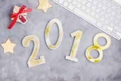 Η πολυτέλεια ακτινοβολεί αριθμοί το 2018 με το πληκτρολόγιο και παρουσιάζει στο γκρίζο συγκεκριμένο υπόβαθρο Στοκ φωτογραφία με δικαίωμα ελεύθερης χρήσης