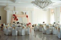 Η πολυτέλεια διακόσμησε τις διασκέψεις στρογγυλής τραπέζης με τα εύγευστα τρόφιμα στο γάμο σχετικά με Στοκ εικόνα με δικαίωμα ελεύθερης χρήσης