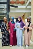 Η πολυφυλετική ομάδα μουσουλμανικών γυναικών έντυσε στα εθνικά ενδύματα που θέτουν στην ομάδα στοκ εικόνα