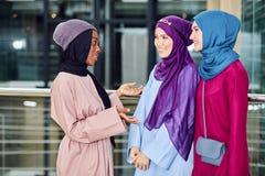 Η πολυφυλετική ομάδα μουσουλμανικών γυναικών έντυσε στα εθνικά ενδύματα που θέτουν στην ομάδα στοκ φωτογραφία