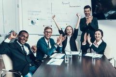 Η πολυ εθνική ομάδα επιτυχών επιχειρηματιών χαίρεται για την επιτυχία στη αίθουσα συνδιαλέξεων στοκ εικόνα με δικαίωμα ελεύθερης χρήσης