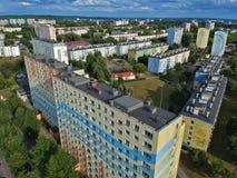 Η πολωνική πόλη, εμποδίζει τα επίπεδα σπίτια, υψηλή πυκνότητα, δέντρα, εναέρια άποψη στοκ εικόνες