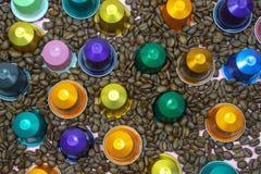 Η πολύχρωμη κάψα λοβών καφέ στα φασόλια καφέ κλείνει επάνω στοκ φωτογραφία