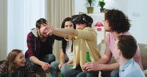 Η πολύ ελκυστική κυρία με τους φίλους της έχει έναν χρόνο διασκέδασης μαζί αυτή που χρησιμοποιεί τα γυαλιά μιας εικονικής πραγματ απόθεμα βίντεο