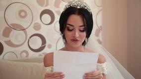 Η πολύ όμορφη νύφη ανοίγει και διαβάζει μια επιστολή από αγαπημένη απόθεμα βίντεο
