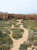 Η πορεία που οδηγεί στις σπηλιές και τους τάφους χάρασε στο πρόσωπο βράχου κοντά στη θάλασσα στον τάφο της περιοχής βασιλιάδων στ στοκ εικόνα