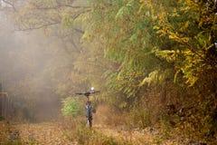 Η πορεία στο δάσος φθινοπώρου και το ποδήλατο hardtail Ποδήλατο που βρίσκεται στο έδαφος στο δάσος Στοκ φωτογραφία με δικαίωμα ελεύθερης χρήσης