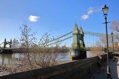 Η πορεία του Τάμεση με τη γέφυρα Hammersmith στο υπόβαθρο, το δήμο Hammersmith και Fulham, Λονδίνο, UK Στοκ εικόνα με δικαίωμα ελεύθερης χρήσης