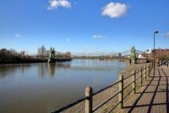 Η πορεία του Τάμεση με τη γέφυρα Hammersmith στο υπόβαθρο, το δήμο Hammersmith και Fulham, Λονδίνο, UK Στοκ φωτογραφία με δικαίωμα ελεύθερης χρήσης