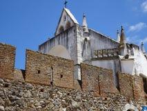 Η Πορτογαλία, Viana κάνει το Αλεντέιο, άποψη της εκκλησίας πίσω από τις έπαλξεις Στοκ Φωτογραφίες