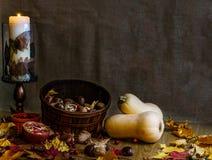 Η πορτοκαλιά κολοκύνθη και τα ξύλα καρυδιάς butternut δύο με το φθινόπωρο ξεραίνουν τα φύλλα στην ξύλινη ζωή πτώσης υποβάθρου ακό Στοκ Εικόνες