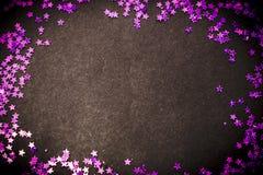 Η πορφύρα ακτινοβολεί μαύρα υπόβαθρο αστεριών και διάστημα αντιγράφων Στοκ Εικόνες