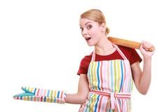Η ποδιά κουζινών νοικοκυρών κρατά την κυλώντας καρφίτσα που παρουσιάζει διάστημα αντιγράφων που απομονώνεται Στοκ εικόνες με δικαίωμα ελεύθερης χρήσης