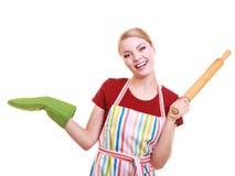 Η ποδιά κουζινών νοικοκυρών κρατά την κυλώντας καρφίτσα που παρουσιάζει διάστημα αντιγράφων που απομονώνεται Στοκ φωτογραφίες με δικαίωμα ελεύθερης χρήσης
