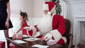 Η πολυάσχολη απάντηση Santa οι επιστολές ` s ενώ οι μικροί αρωγοί Santa ` s που φέρνουν περισσότεροι παρουσιάζουν απόθεμα βίντεο