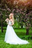 Η πολύ όμορφη ευτυχής ξανθή σγουρή τρίχα νυφών σε ένα λευκό ντύνει Στοκ εικόνα με δικαίωμα ελεύθερης χρήσης
