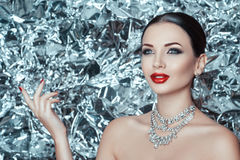 Η πολύ όμορφη νέα κυρία με τις διακοπές makeup και το εξάρτημα διαμαντιών περιμένει το θαύμα στο νέο έτος στοκ εικόνες