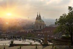Η Πράγα, εναέρια άποψη των παλαιών στεγών κωμοπόλεων στην παλαιά πόλη της Πράγας κοιτάζει επίμονα Mesto σε ένα ηλιοβασίλεμα στοκ εικόνες