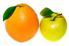 Η πράσινα Apple και πορτοκάλι που απομονώνονται σε ένα άσπρο υπόβαθρο Στοκ Εικόνες