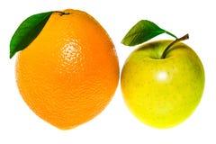Η πράσινα Apple και πορτοκάλι που απομονώνονται σε ένα άσπρο υπόβαθρο Στοκ Φωτογραφίες