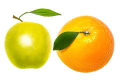 Η πράσινα Apple και πορτοκάλι που απομονώνονται σε ένα άσπρο υπόβαθρο Στοκ Φωτογραφία