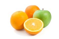 Η πράσινα Apple και πορτοκάλι που απομονώνονται σε ένα άσπρο υπόβαθρο Στοκ φωτογραφίες με δικαίωμα ελεύθερης χρήσης