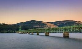 Η πράσινη γέφυρα ποταμών κουκουλών ζευκτόντων που διασχίζει το φαράγγι ποταμών της Κολούμπια και συνδέει τον ποταμό κουκουλών στοκ εικόνες