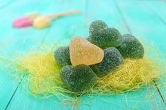 Η πράσινη και κίτρινη καρδιά καραμελών ζελατίνας διαμόρφωσε τη διακόσμηση ζάχαρης σε ένα φωτεινό υπόβαθρο άνοιξη Στοκ εικόνα με δικαίωμα ελεύθερης χρήσης