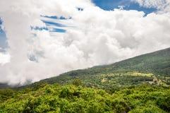 Η πράσινη κοιλάδα κάτω από τα ηφαίστεια, Ελ Σαλβαδόρ στοκ εικόνες