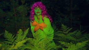 Η πράσινη μάγισσα αφήνει τους θάμνους στο δάσος στο σούρουπο απόθεμα βίντεο