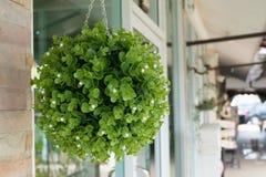 Η πράσινη πλαστική ανθοδέσμη ανθίζει την κρεμώντας διακόσμηση Στοκ φωτογραφία με δικαίωμα ελεύθερης χρήσης