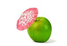 Η πράσινη Apple με πίνει την ομπρέλα κοκτέιλ Στοκ Εικόνες