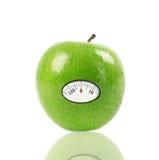 Η πράσινη Apple με την κλίμακα Στοκ φωτογραφία με δικαίωμα ελεύθερης χρήσης