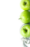 Η πράσινη Apple με τη μέτρηση της ταινίας στο άσπρο υπόβαθρο Στοκ Φωτογραφία