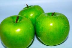 Η πράσινη Apple που απομονώνεται στο άσπρο υπόβαθρο σε πλήρους βάθους του τομέα με το ψαλίδισμα της πορείας στοκ φωτογραφίες