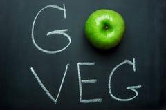 Η πράσινη Apple στη μαύρη εγγραφή χεριών πινάκων κιμωλίας πηγαίνει Veg Υγιεινή διατροφή Superfood έννοιας Vegan χορτοφάγος Στοκ φωτογραφία με δικαίωμα ελεύθερης χρήσης