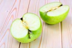 Η πράσινη Apple στο ελαφρύ ξύλινο υπόβαθρο Στοκ φωτογραφία με δικαίωμα ελεύθερης χρήσης